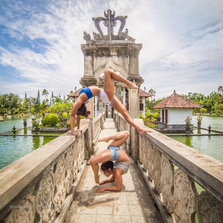 יוגה בעולם: גבר ואישה עוסקים ביוגה על רקע מקדש עתיק בבאלי, אינדונזיה