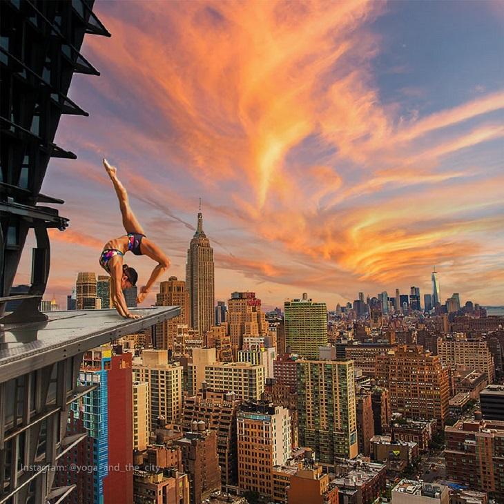 """יוגה בעולם: אישה עוסקת ביוגה על רקע העיר ניו יורק, ארה""""ב"""