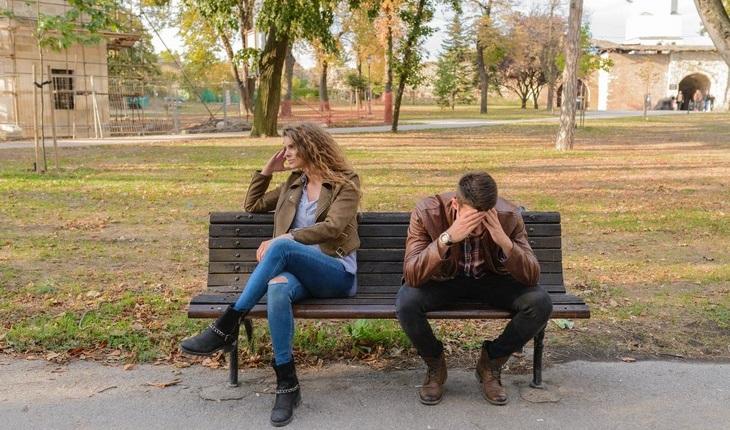 יתרונות של ריבית בזוגיות: זוג עצבני יושב על ספסל