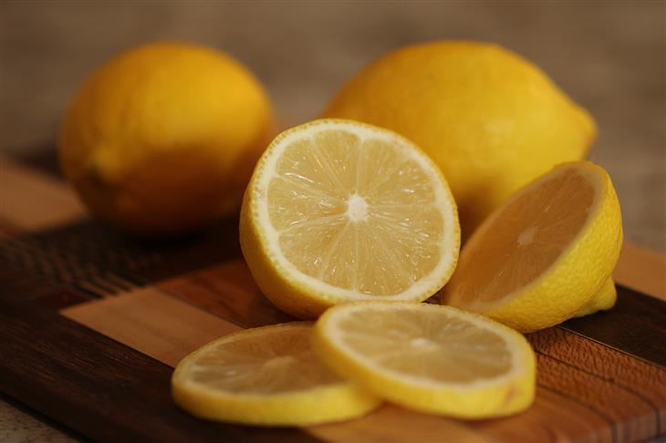 טיפים שימושיים למטבח: לימון חתוך על קרש חיתוך