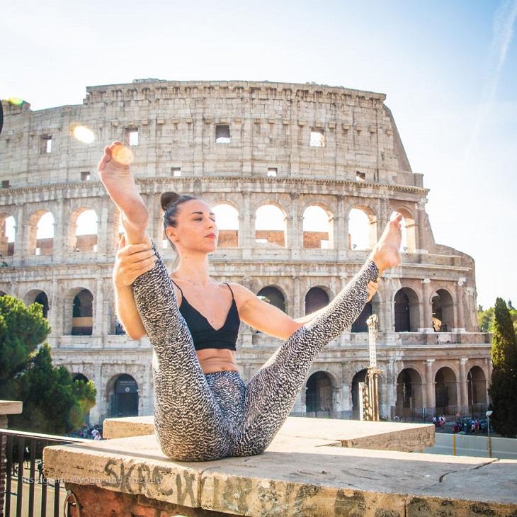 יוגה בעולם: אישה עוסקת ביוגה על רקע הקולוסיאום ברומא, איטליה