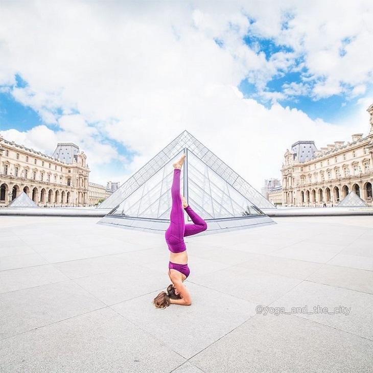 יוגה בעולם: אישה עוסקת ביוגה על רקע הפירמידה של מוזיאון הלובר בפריז, צרפת