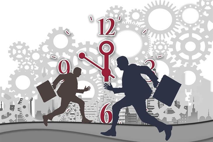 מושגים פיננסיים: צלליות של אנשים עם מזוודות על רקע שעון אנלוגי