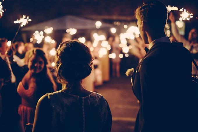 בחן את עצמך: זוג נכנס לאולם חתונה