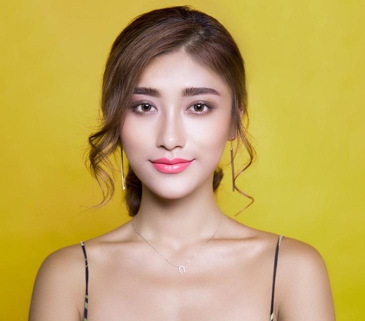 שמירה על מראה עור זוהר: אישה מחייכת