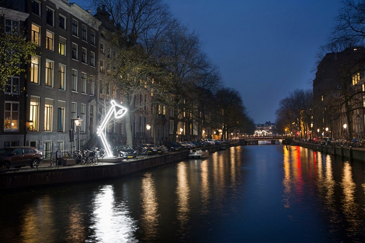 פסטיבל האור של אמסטרדם 2018: מייצג אור של מנורת שולחן לצד תעלה באמסטרדם