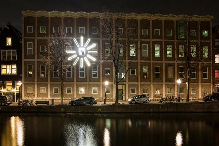 פסטיבל האור של אמסטרדם 2018: אור בחלון בבניין באמסטרדם