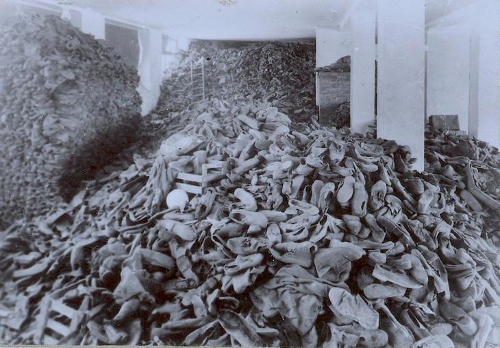תמונות היסטוריות: ערימות של נעליים בתוך מחסן
