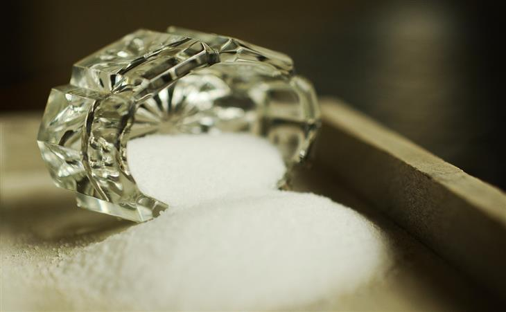 הקשר המזיק בין מלח למוח: מלח נשפך מכלי לאחסונו