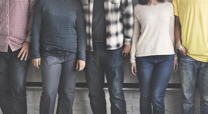 תובנות על אנשים ויחסים: אנשים עומדים אחד לצד השני בשורה