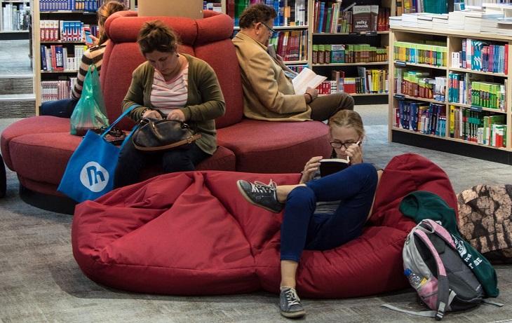 5 דרכים למניעת קנאה: אנשים יושבים וקוראים ספרים בספריה
