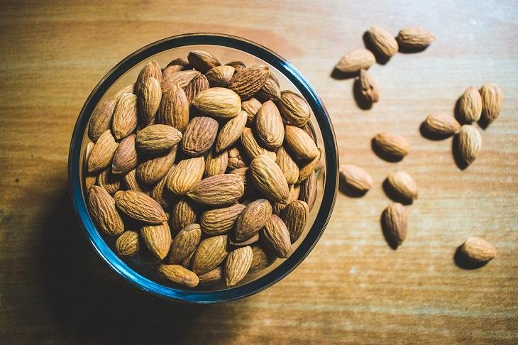 רגישויות במזון: שקדים בקערה