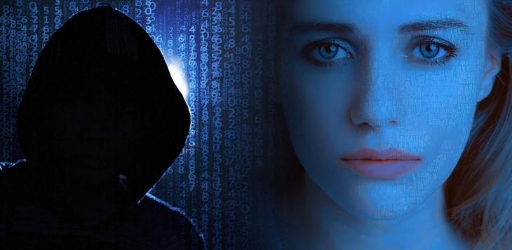 הונאות אינטרנט: דמות בקפוצ'ון ואישה עם מבט מפוחד ליד