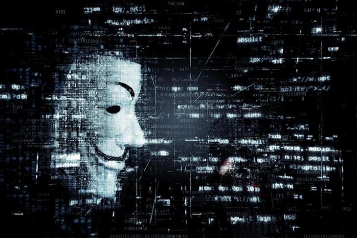 הונאות אינטרנט: נתונים על מסך מחשב ומסיכה של ונדטה