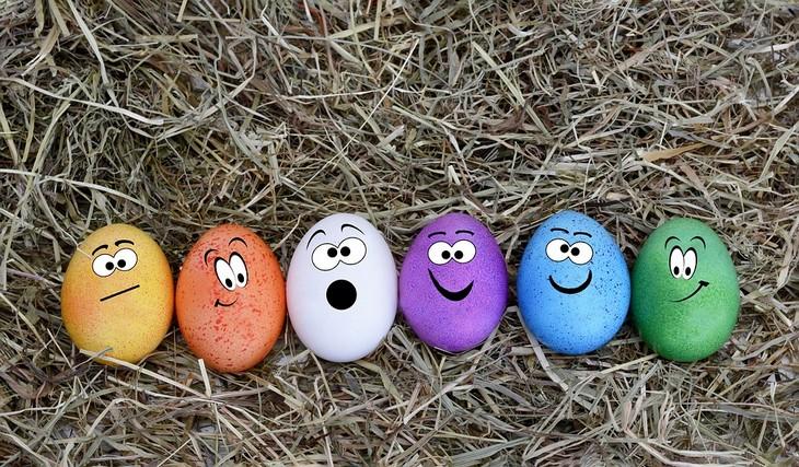 חוסרים תזונתיים לאחר גיל 40: שש ביצים צבעוניות כשעליהן מצויירים פרצופים שונים