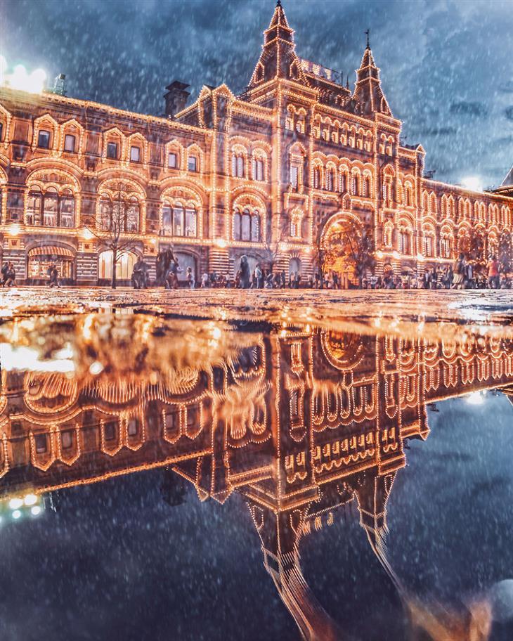 אגדה חורפית ברוסיה - מוסקבה מקושטת באורות: מבנה שכל קווי המתאר שלו מקושטים באורות