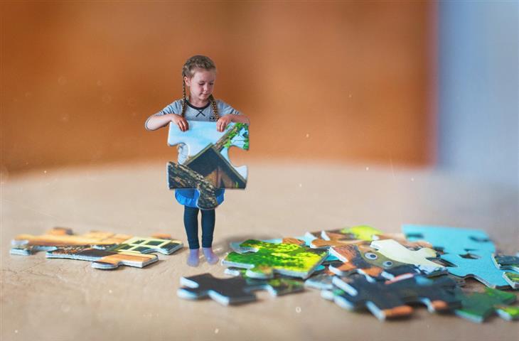 טיפים להכנת הילדים לקראת מקצועות העתיד: ילדה מחזיקה חתיכת פאזל ענקית