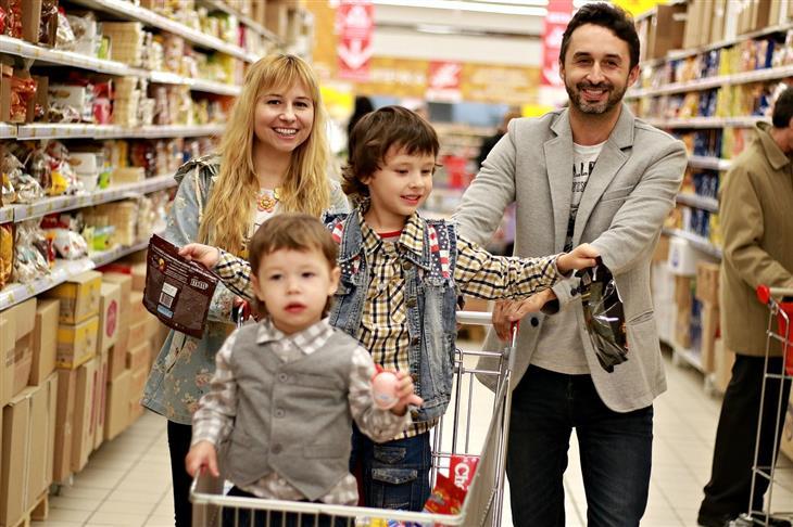 טיפים להכנת הילדים לקראת מקצועות העתיד: הורים ושני ילדים בקניות בסופר