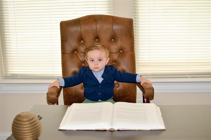 טיפים להכנת הילדים לקראת מקצועות העתיד: ילד קטן יושב על כיסא מנהל