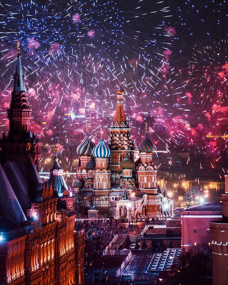 אגדה חורפית ברוסיה - מוסקבה מקושטת באורות: זיקוקים מעל הכיכר האדומה