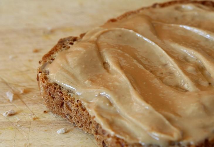 חוסרים תזונתיים לאחר גיל 40: פרוסת לחם ועליה מרוחה חמאת בוטנים