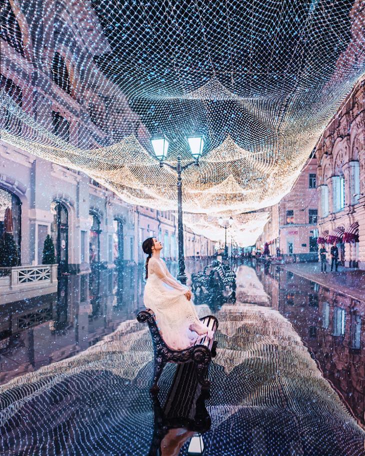 אגדה חורפית ברוסיה - מוסקבה מקושטת באורות: אישה יושבת על ספסל ומעליה אורות