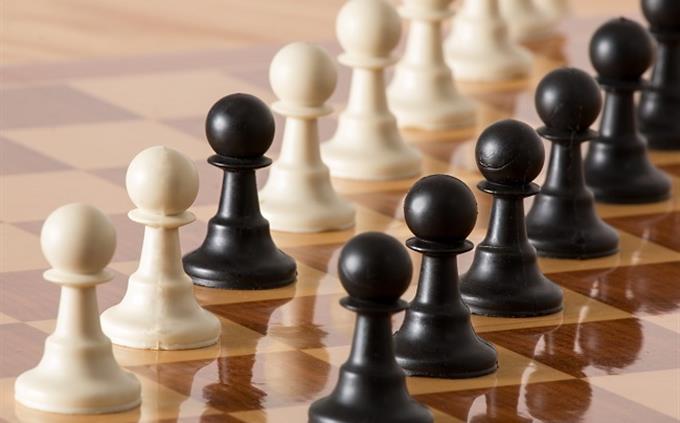 חידון עברית: חיילי שחמט מסודרים על פי צבעיהם, חוץ מפיון שחור אחד בשורת פיונים לבנים