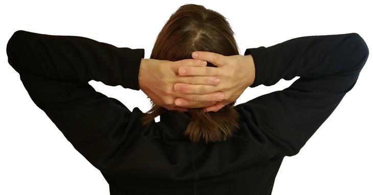 טיפים לשיפור שפת הגוף להצלחה בקריירה: איש יושב עם ידיים מאחורי הראש