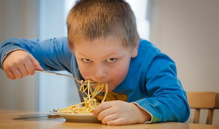 יתרונות הפסטה: ילד אוכל ספגטי