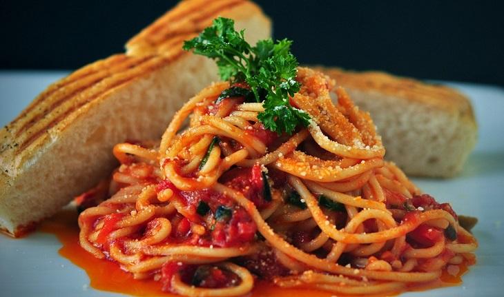 יתרונות הפסטה: מנת פסטה עם רוטב עגבניות ולחם פרוס