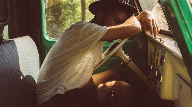 סימנים לדום נשימה בשינה: איש ישן במכונית