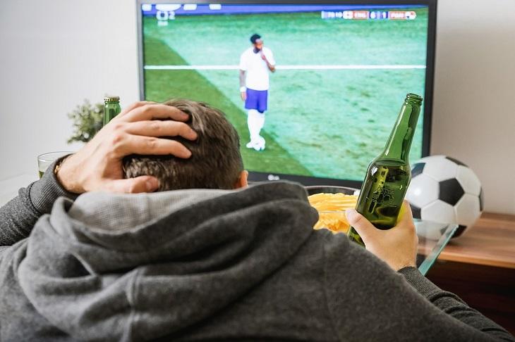 בדיחה: גבר צופה בכדורגל בטלוויזיה