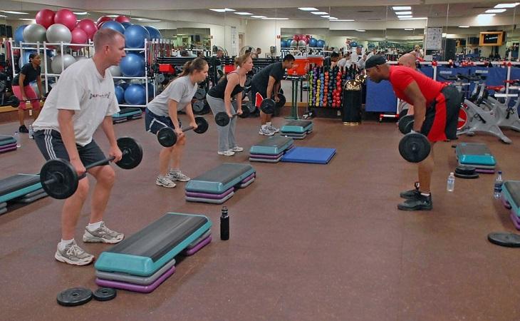 מחקר על הרמת משקולות ומחלות לב: מספר אנשים במלך אימון הרמת משקולות במכון