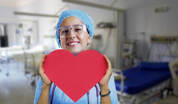 מחקר על הרמת משקולות ומחלות לב: אחות מחזיקה לב