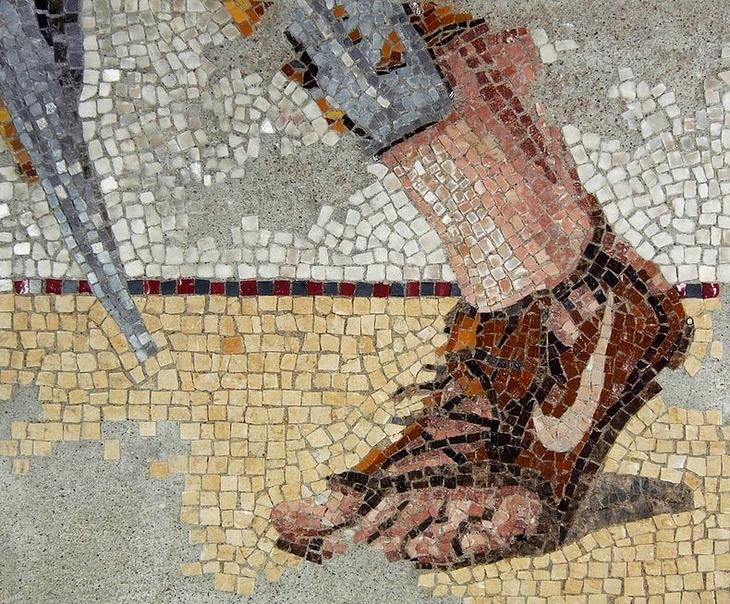 יצירות פסיפס מודרניות: רגל של איש עם נעל נייק קרועה