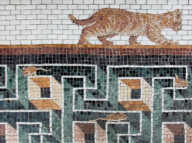 יצירות פסיפס מודרניות: חתול על מדרכה ותחתיה עכברים