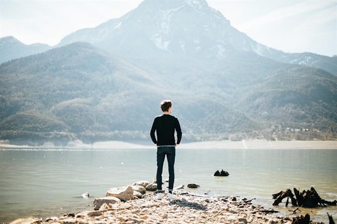 מבחן אישיות מטרה נעלה: גבר עומד מול אגם