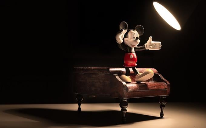 מבחן דיסני: בובת מיקי מאוס על פסנתר