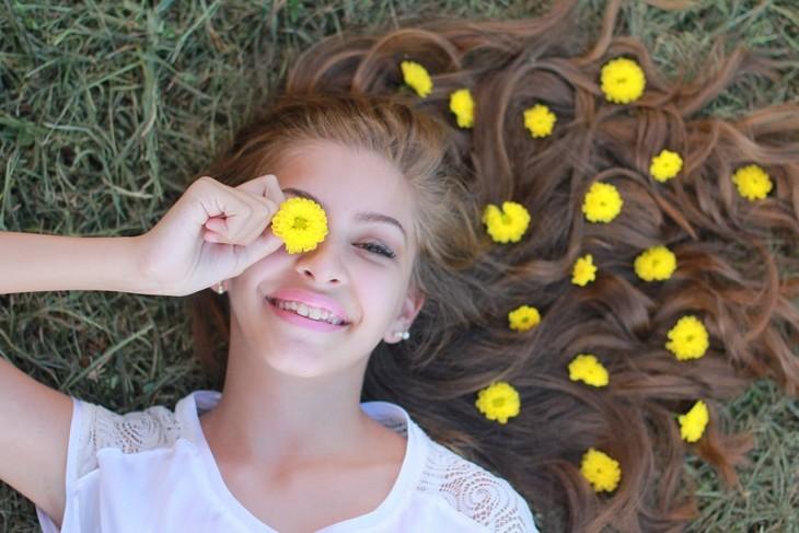 שאלות חשובות לחיים מאושרים: אישה מחייכת עם פרחים בשיער