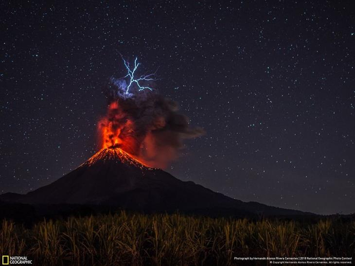 תמונות טבע מדהימות: הר געש מתפרץ ומעליו ברק