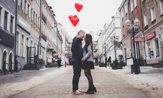 מצא את ההבדלים: זוג מתנשק ומעליו בלונים