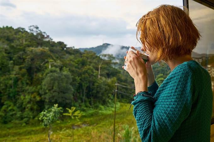 אשה שותה ספל קפה חם