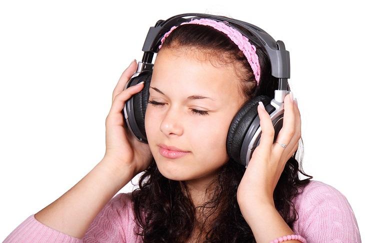 תכונות אופי שההרגלים שלנו חושפים: אשה מאזינה למוזיקה