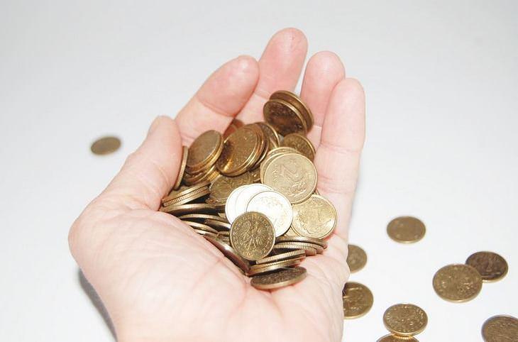 טיפים להורים: יד מחזיקה מטבעות