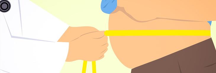 סיבות לגלי חום שלא קשורות לגיל המעבר: איור של רופא מודד היקף בטן של אדם