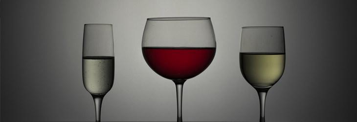 סיבות לגלי חום שלא קשורות לגיל המעבר: כוסות יין ושמפניה