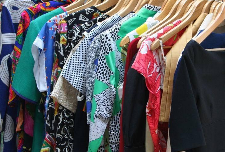 סודות הטיפוח של מיי מאסק: בגדים תלויים על קולבים