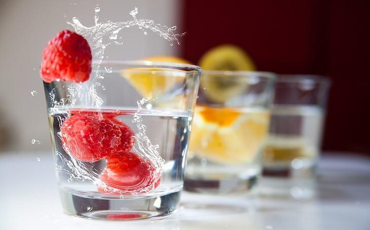 סודות הטיפוח של מיי מאסק: כוסות מים עם פירות יער וחתיכות תפוז