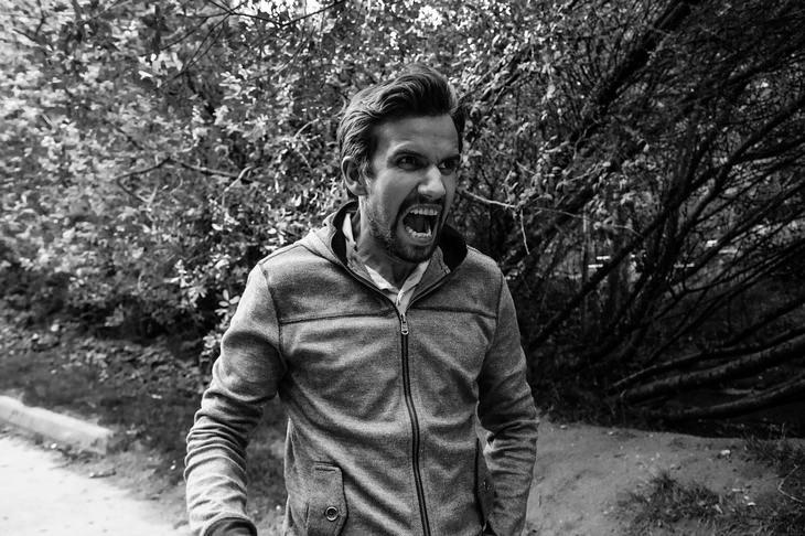 מיתוסים לגבי לחץ: גבר צועד בשביל וצועק