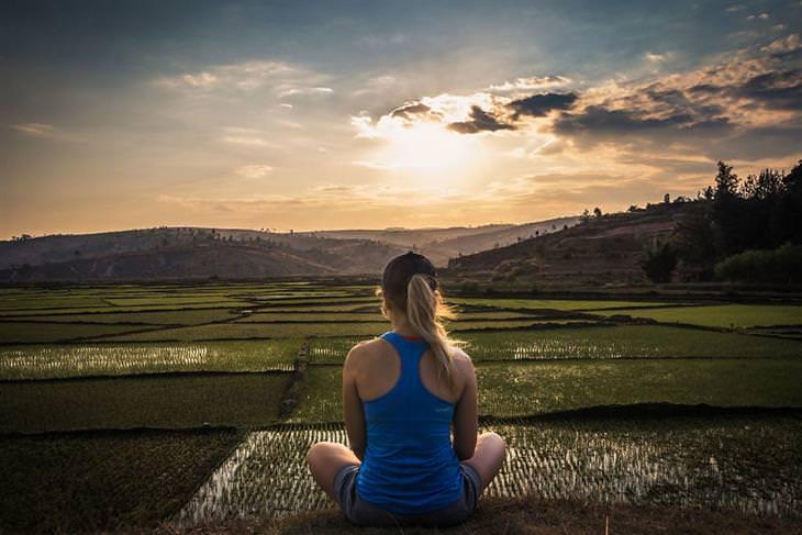 מדגסקר: אישה יושבת ומסתכלת על הנוף